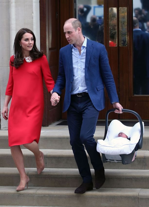 Korkkarit jalassa heti synnytyksen jälkeen! Moni äiti parahti kauhusta nähdessään huhtikuussa kuvat Catherinesta palaamassa sairaalasta. Tässä suhteessa kuninkaallisia ei tarvitse todellakaan kadehtia.