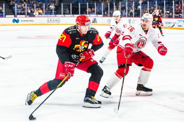 """Petri Kontiola (vas.) voi olla Liigan siirtomarkkinoiden suurin vonkale. """"Konna"""" jäi ilman jatkosopimusta KHL-Jokereissa, ja hän saattaa palata kotikonnuilleen Tampereelle."""