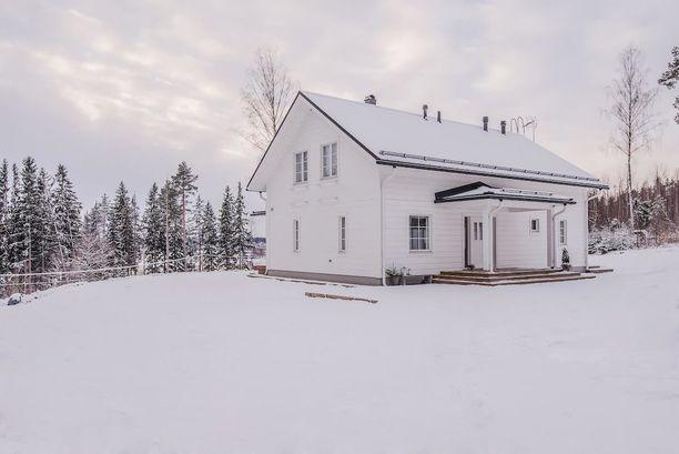 Mammuttihirrestä vuonna 2014 Klaukkalaan rakennettu talo on kokovalkoinen päältä, ja valkoinen hallitsee sisälläkin. Puunväriset yksityiskohdat muistuttavat perinteisestä hirsitalotunnelmasta.