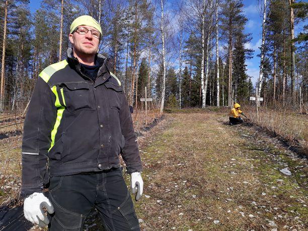 Marjanviljelijä Mikko Ruottinen pohtii sitä, että useilla tiloilla voi tulla pulaa poimijoista. Myös metsämarjojen kerääminen on laajassa mitassa vaarassa.