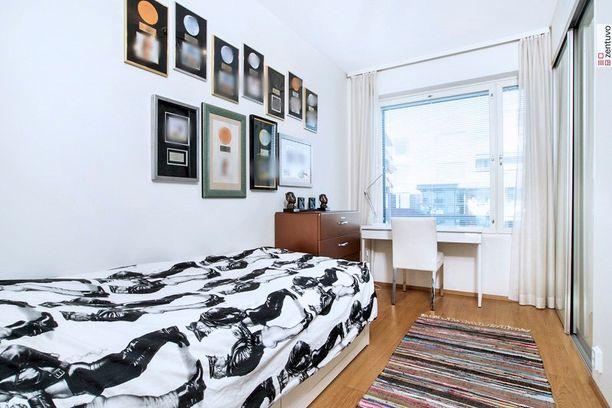 Asuntoesittelykuvissa näkyy Annan kulta- ja platinelevyjä.