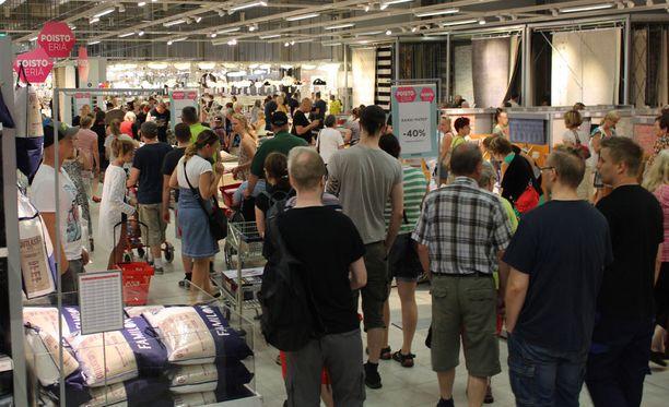 Anttilan konkurssin loppuunmyynti täytti Kodin Ykkösen tavaratalon ihmisistä Jyväskylässä keskiviikkona.