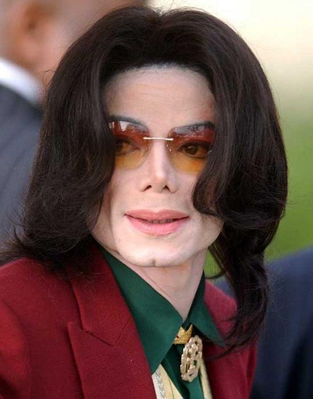 Michael Jackson kuoli lääkkeiden yliannostukseen.