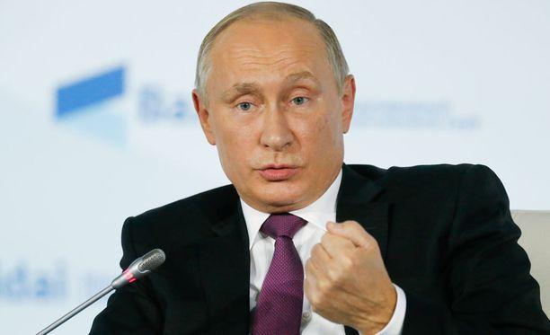Vladimir Putin syyttää Yhdysvaltoja painostuksesta.