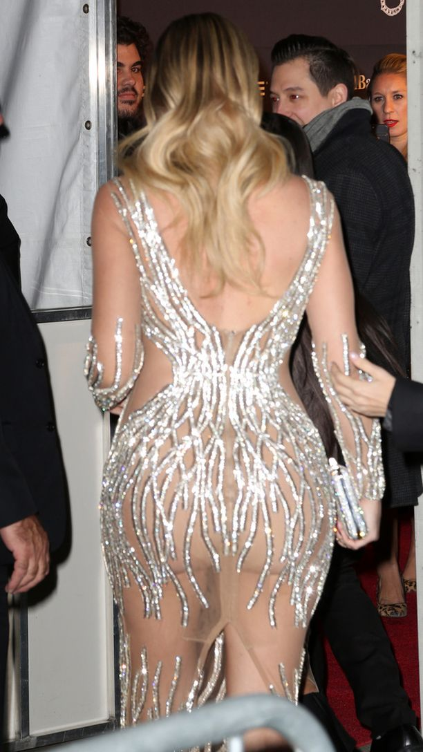 Khloe Kardashian pakeni mielenosoittajia sisätiloihin.