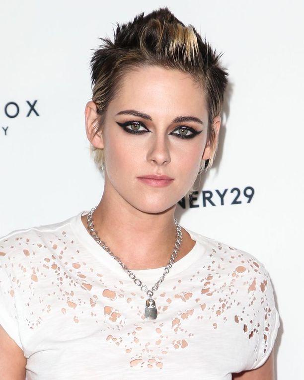 Näyttelijä Kristen Stewart on kokeillut kaikkia mahdollisia hiusvärejä, mutta erityisesti hänet tunnetaan läpimurtorooliensa mukaisesta tummasta tukasta.