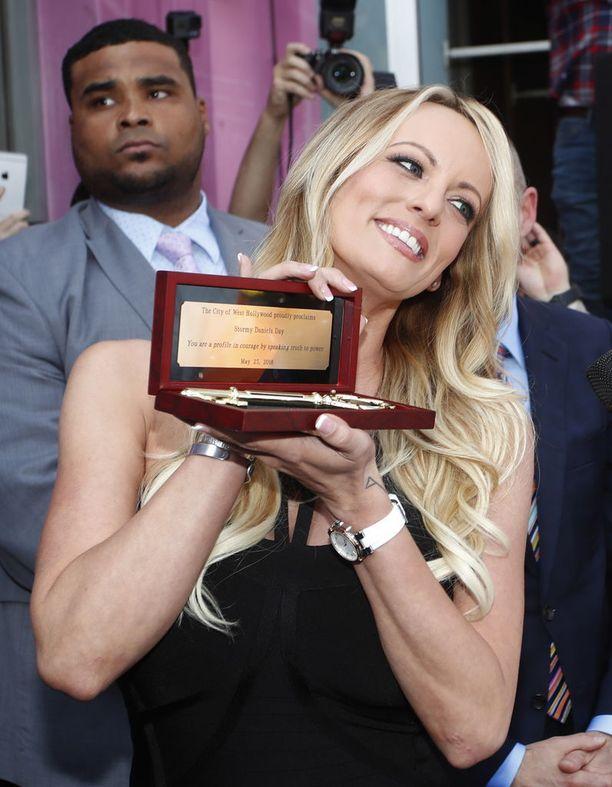 Stormy Daniels sai West Hollywoodin avaimen käteensä seksikaupassa pidetyssä seremoniassa.