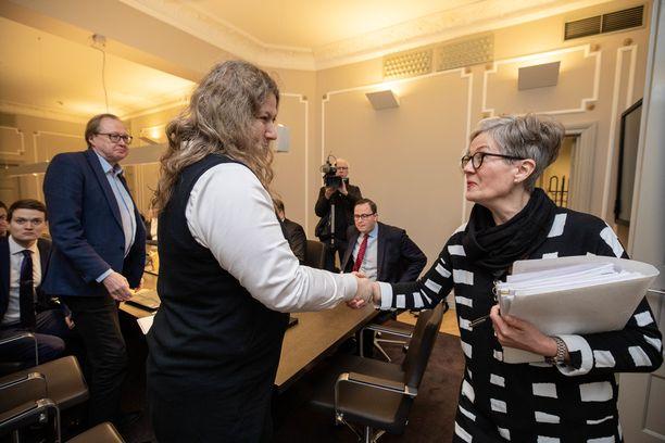 PAU:n puheenjohtaja Heidi Nieminen ja valtakunnansovittelija Vuokko Piekkala (oik.) kättelivät kuun alkupuolella, kun tes-riitaa puitiin Helsingin Bulevardilla.