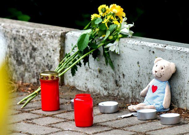 Anna-Lenan ruumiin löytöpaikalle on viety kukkia ja kynttilöitä. Ohikulkijat löysivät tytön kuolleena sunnuntaina.