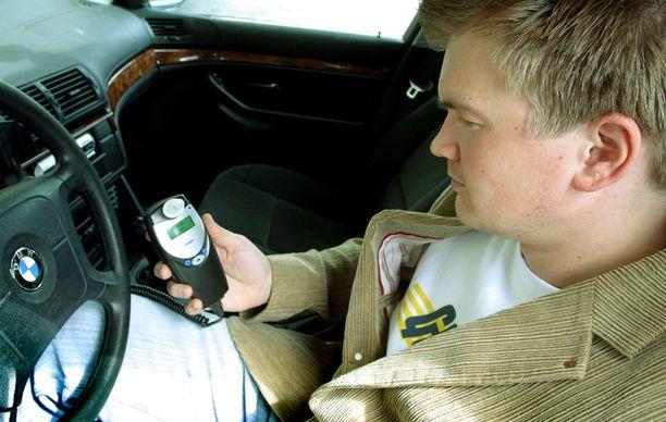 Liikenneministeri haluaisi alkolukon joka auton vakiovarusteeksi.