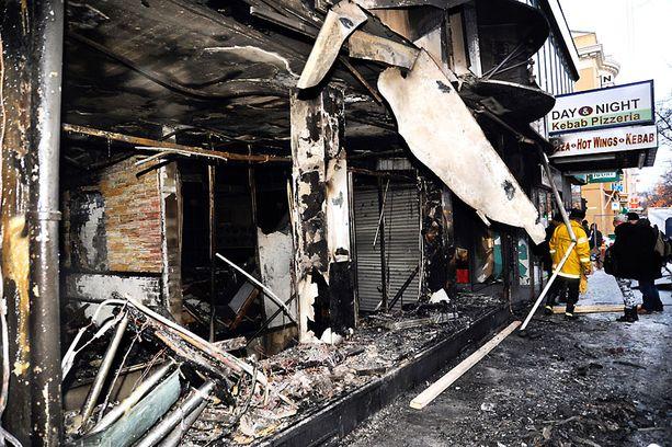Kolme ihmistä kuoli, kun pizzeria Julietista alkaneen tulipalon savukaasut levisivät asuinrakennuksen porraskäytävään.