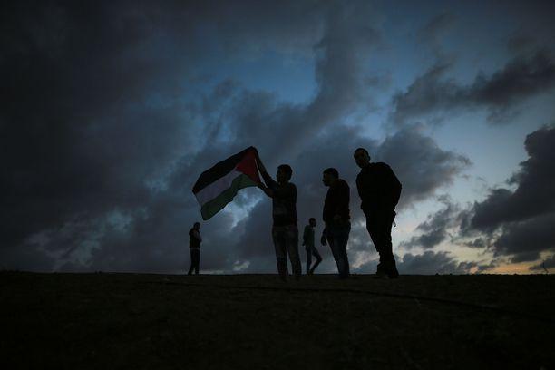 Palestiinalaisia osoittamassa mieltään Gazan raja-alueella 30. maaliskuuta 2018. Tuosta päivästä alkoivat mielenosoitukset, joiden aikana Israelin sotilaat haavoittivat jopa 10 000 ihmistä ja surmasivat lähemmäs 200.