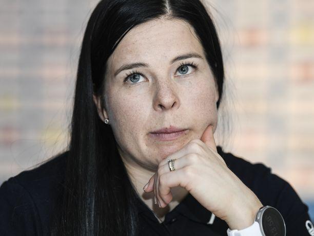 Krista Pärmäkoski kertoi torstaina Helsingissä Hiihtoliiton lehdistötilaisuudessa, miten hän on harjoittelukaudella yrittänyt apinoida norjalaisen Johannes Kläbon tyyliä.