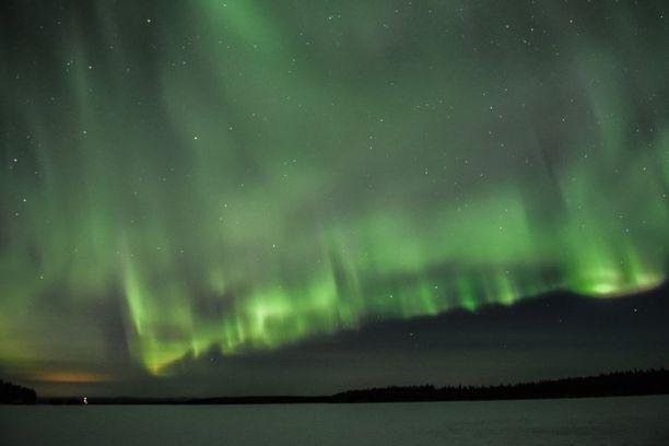 Revontulia Kitkajärvellä, joka on yksi Suomen sadasta luontohelmestä.