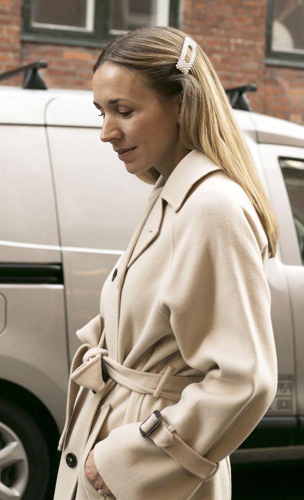 Samansävyiseen takkiin yhdistettynä hiussolki saa aikaan klassisen parin.