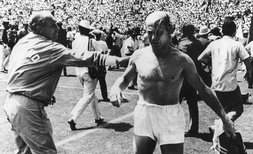 Bobby Charlton poistui kentältä tappiollisen puolivälierän jälkeen MM-kisoissa 1970.
