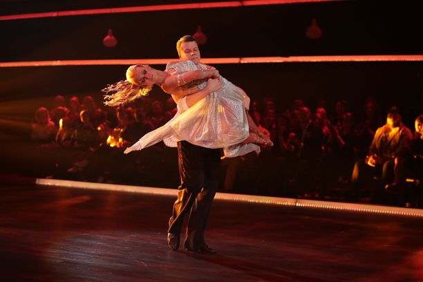 Näyttelijä Hannes Suominen tanssiparinsa Kia Lehmuskosken kanssa on noussut koko kansan tietoisuuteen tanssitaidoillaan.