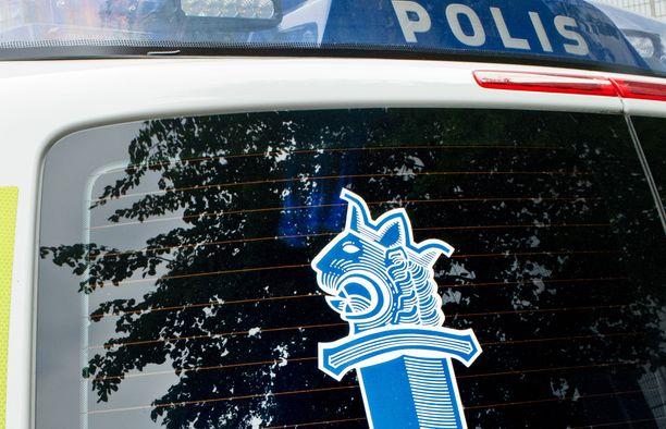 Poliisi ohjaa liikennettä. Kuvituskuva.