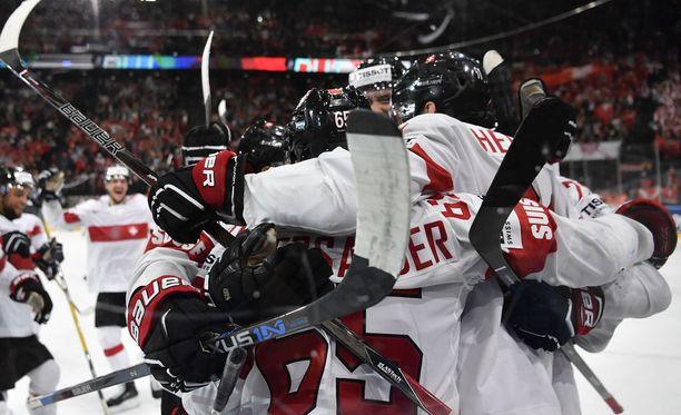 Sveitsiläiset juhlivat viime vuoden MM-kisoissa Pariisissa voittoa Kanadasta maalein 3-2.