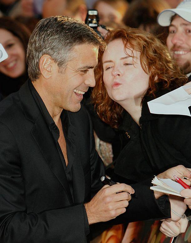 George Clooney ei näyttänyt huomaavan innokasta naisfania.