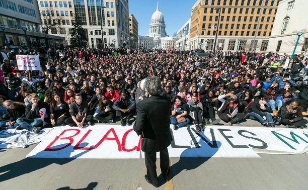 Pormestari puhui mielenosoittajille Madisonissa Martin Luther King -kadulla maanantaina. Ihmiset olivat paikalla osoittaakseen mieltään 19-vuotiaan Tony Robertsonin kuoleman takia. Poliisi ampui aseettoman Robinsonin perjantaina asunnossa.