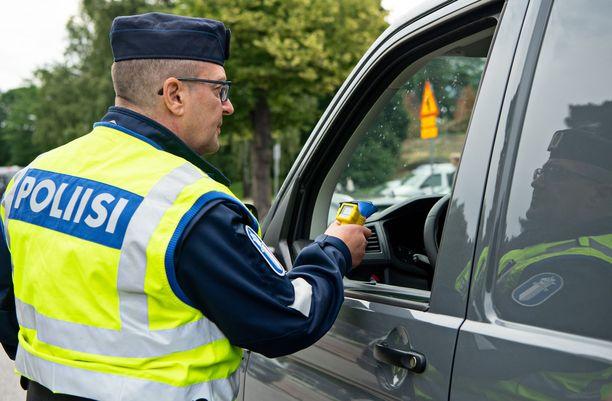 Poliisi puhallutti pikkujouluviikonloppujen tehovalvonnassa yli 73 000 kuljettajaa. Kuvituskuva.
