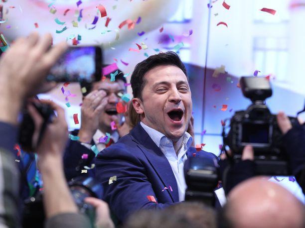 Poliittisesti kokematon koomikko Volodymyr Zelensky on voittanut Ukrainan presidentinvaalit ylivoimaisella äänivyöryllä.