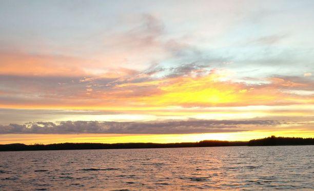 Onkiveden maisemia illan hämärtyessä. Kuvan ottamisen aikoihin myös ilves ilmaantui näkyviin.