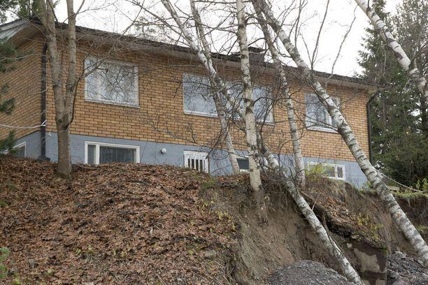 Kohtalokkaasti Espoon Pisassa sijaitseva omakotitalo joutui sortumisvaaraan sunnuntaina.