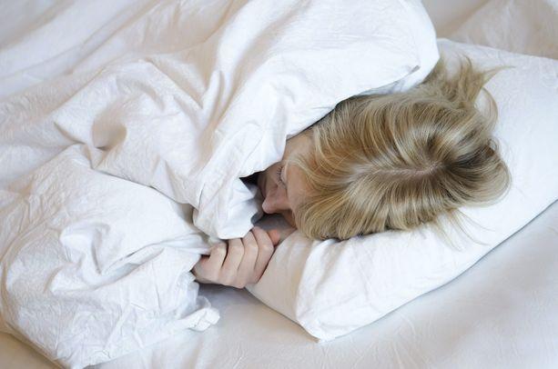 Aina hyvä uni ei ole kiinni makuuhuoneen tuulettamisesta tai rytmin tietoisesta aikaistamisesta. Kuvituskuva.