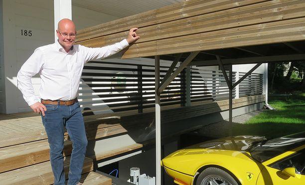Schroderus näki aikoinaan Ferraria ostaessaan Saksassa myyjällä maanalaisen autotallin ja hissin. Silloin hän päätti, että haluaa jonain päivänä itse samanlaisen.