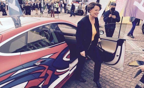 Berner tuotiin Teslalla puhumaan sähköautoilutapahtumaan Helsingin Senaatintorilla syyskuussa.