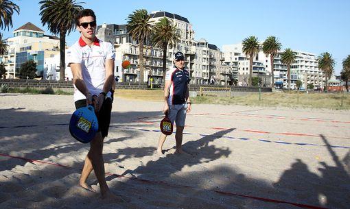 Jules Bianchi ja Valtteri Bottas pelasivat rantatennistä Australiassa keväällä 2013.