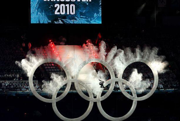 Lumilautailija liukui olympiarenkaiden läpi.