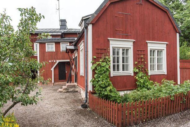 Porvoon vanhan kaupungin ytimess sijaitseva punainen talo on rakennettu 1700-luvulla. Kunnostetun talon asuintilat sijaitsevat kolmessa kerroksessa.
