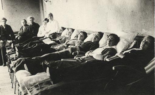Ennen sairaaloissa oli myös suuria saleja, joissa oli paljon potilaita samassa tilassa.