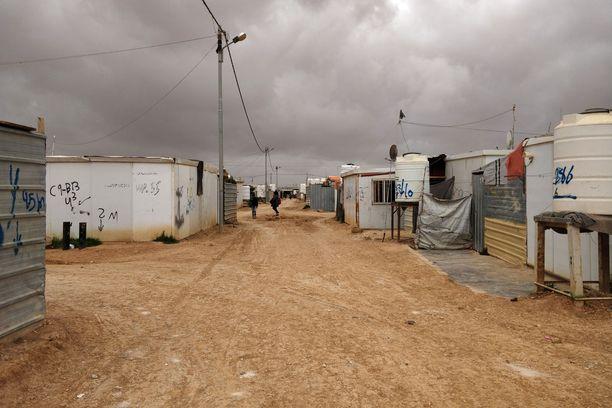 Zaatarin pakolaisleirissä Jordaniassa on noin 3000 syyrialaisten pyörittämää liikettä ja kauppaa. Ostoskatu Champs Elyseeltä voi ostaa mitä vain häämekoista kännyköihin.
