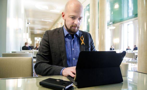 Mikko Kärnä totuttiin näkemään eduskunnassa kirjoittamassa tiedotteitaan Katalonian itsenäisyyttä tukeva merkki rinnassaan.