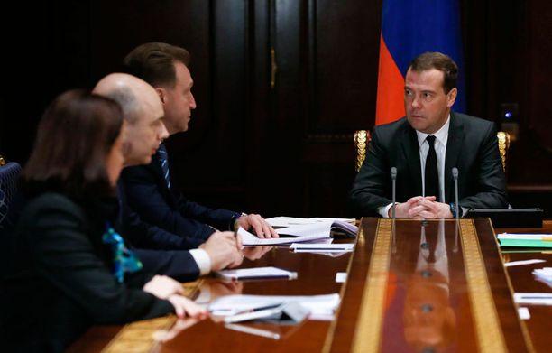 Venäjän pääministeri Dmitri Medvedev isännöi tiistaina hallituksen kokousta, jossa käsiteltiin ruplan heikkenemistä. Medvedeviä on veistelty tilanteen syntipukiksi ja mediassa on arvuuteltu jopa hänen erostaan.