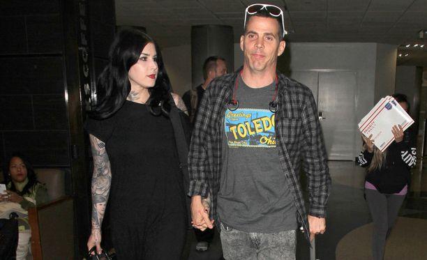Kat Von D ja Steve O saapuivat Los Angelesin lentokentälle pitäen toisiaan käsistä.