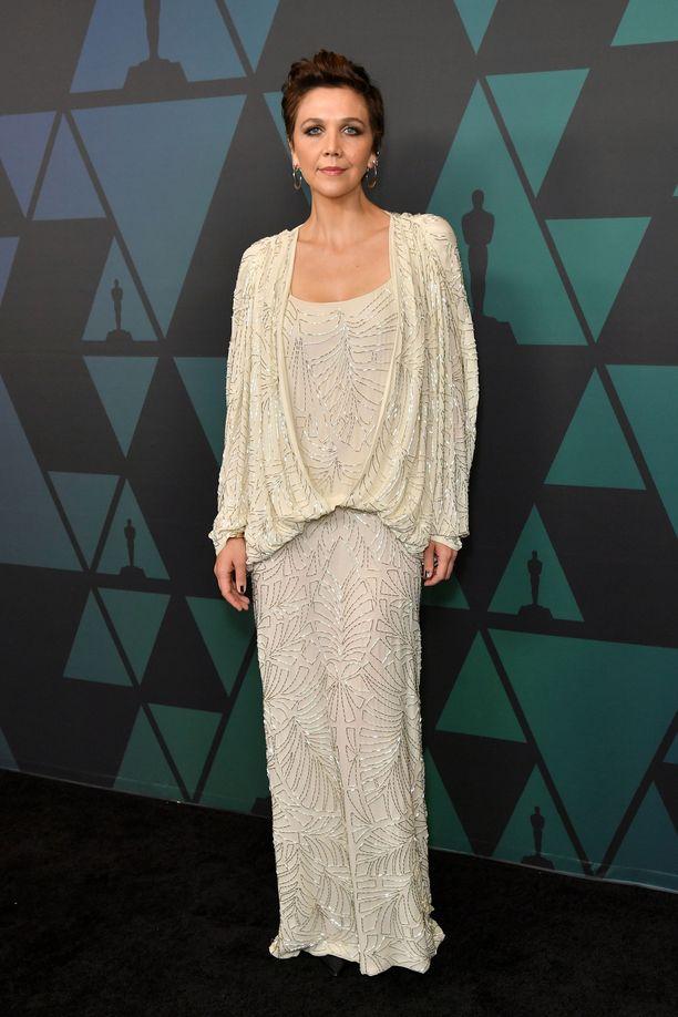 Maggie Gyllenhaal vaalea iltapuku kimalsi hienostuneesti.