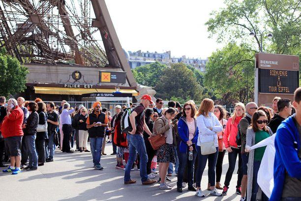 Eiffel-torniin saa jonottaa kauan.