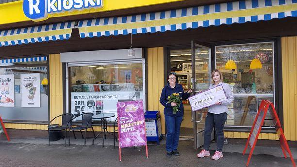 Akaan Hämeentien R-kioskin myyntipääte arpoi voittoisan yli 57 miljoonan Eurojackpot -potin huhtikuussa 2014. Kuvassa kauppias Marjo Lehtinen (vas.) ja myyjä Sari (oik.), voittoshekkimainoksen kanssa.