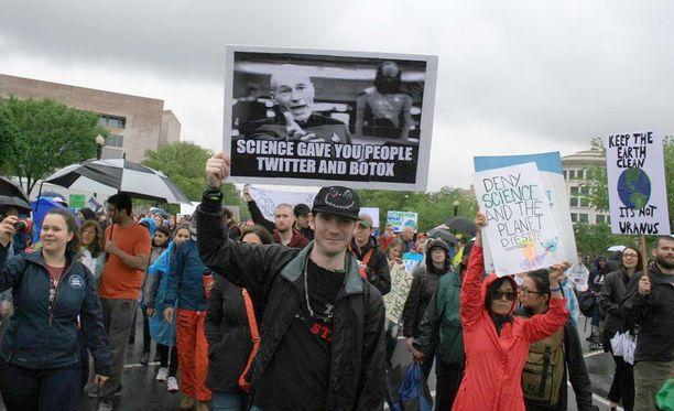 Mielenosoituksia järjestettiin eri puolilla maailmaa.