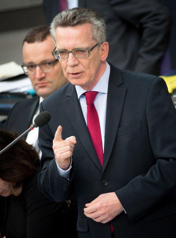 Sisäministeri Thomas de Maizièren mukaan moni turvapaikanhakija välttelee Saksassa rekisteröitymistä.