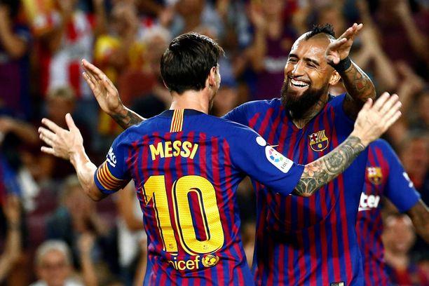 Leo Messi (vas) juhli avausmaalia Arturo Vidalin kanssa.