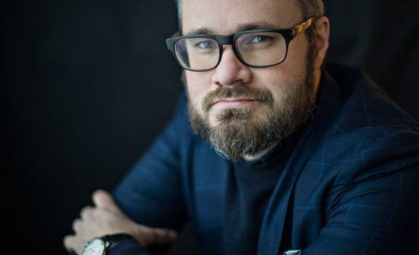 """""""Timo Soini on politiikan Vesa Keskinen. Siinä missä Vesa Keskinen roudaa vaimoja eksoottisista maista saadakseen huomiota, Soini pitää puolueessaan rasisteja, jotta saisi pelokkaiden ääliöiden äänet"""", kirjoittaa Tuomas Enbuske."""
