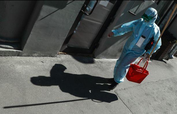 Suojavarusteita käyttävä nainen käveli Moskovan keskustassa maanantaina.