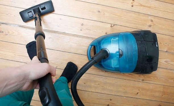 Pölynimuria parempi väline mökin siivoamiseen on kostea rätti.
