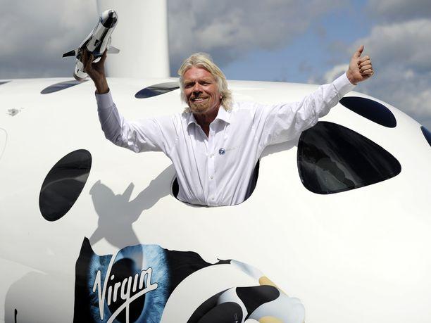 Liikemies Richard Branson uskoo, että Virgin Galactic tekee viikkojen sisään avaruuslentoja. Kuvassa Branson poseeraa Virgin Galacticin avaruusaluksen kopion kanssa. Kuva vuodelta 2012.